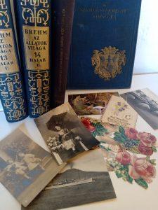 könyvek, lexikon, régi képeslapok