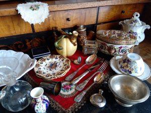 porcelán tányér, edények, vázák, porcelán kiegészítők, evőeszköz, villa, kanál, tányér, csésze, teáskanna, cukortartó,